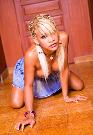 Attractive blonde tgirl enjoys while stuffing her arse with a massive toy